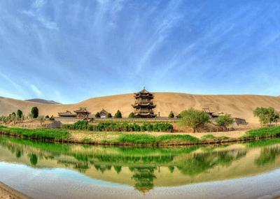 Hồ nước 2000 năm kỳ lạ giữa sa mạc khô cằn