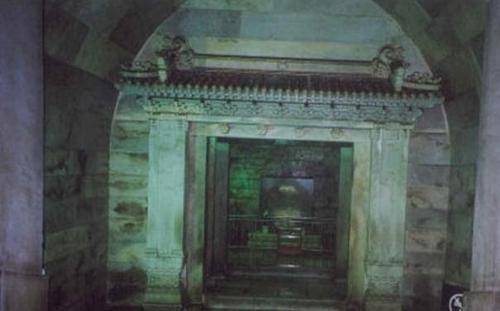 Vượt qua làn khói kỳ lạ từ mộ cổ 300 năm, chuyên gia đụng độ hàng nghìn